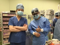 尾﨑重之教授(左)と、山口聖次郎医師(右)